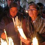 Devotas prendiéndole velas al Nazareno de Caguach.