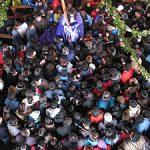 Todos los devotos quieren tocar la capa del Nazareno.