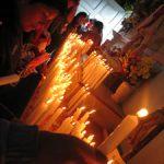 Devotos prendiéndo velas a los santos al interior del templo de Caguach.