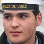 Miembro de la Armada ayudando durante el traslado de los isleños hacia Caguach.
