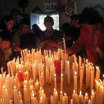 Devotos prendiendo velas al Nazareno.
