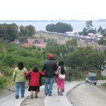 Habitantes de Caguach bajando al templo para asistir a la procesión.