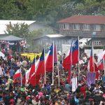 Durante la procesión se pasea al Cristo con banderas chilenas y estandartes de las islas vecinas a Caguach.