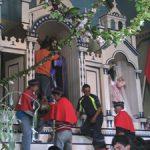 Devotos y patrones arreglando al Nazareno en el altar después de la procesión.