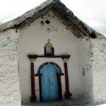 El templo es de piedra y argamasa de barro.