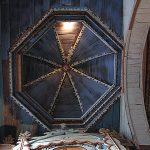 Vista de una de las naves al interior de la iglesia de Achao.