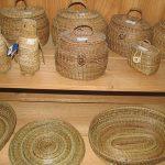 Pingüinos, costureros y cestos dispuestos en la tienda de las artesanas de Llingua.