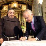 Roberto Fuenzalida, Director Ejecutivo de Patrimonio Cultural de Chile y Fray Santiago Andrade, Guardían del Covento, en la firma del convenio.